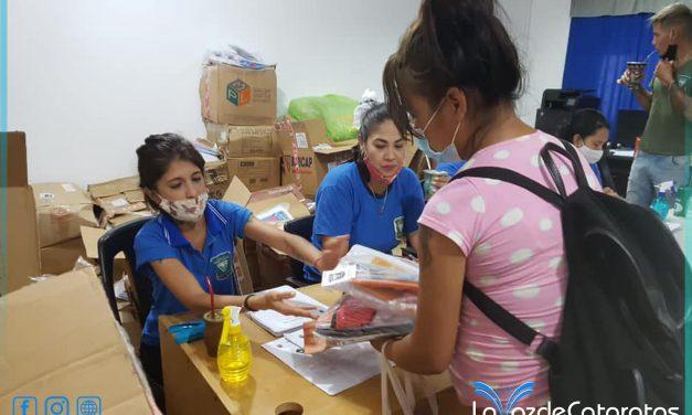 Entregaron kits escolares: largas filas desde la madrugada para recibirlos
