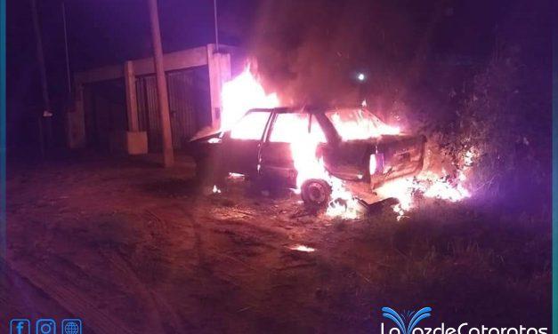 Bomberos sofocaron un principio de incendio vehicular