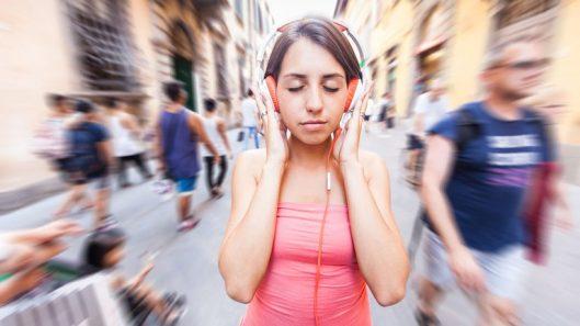 Gente-usando-auriculares-audifonos-5